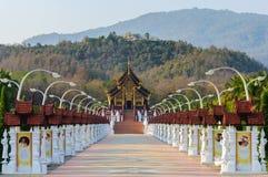 Costruzione tailandese nordica di stile del luang noioso di kum in tempio reale della flora Fotografia Stock Libera da Diritti