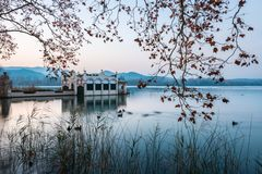 Costruzione tipica nel lago di Banyoles durante il tramonto Fotografia Stock Libera da Diritti