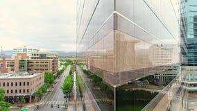 Costruzione triangolare in Boise Idaho con le riflessioni uniche nelle finestre archivi video
