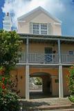 Costruzione tropicale con la veranda Fotografie Stock Libere da Diritti