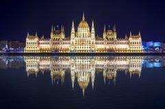 Costruzione ungherese del Parlamento alla notte con la riflessione nel Danubio, Budapest, Ungheria Fotografie Stock