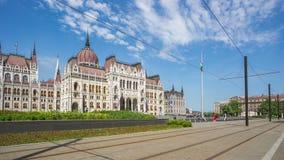 Costruzione ungherese del Parlamento con il tram ed il turista nella città di Budapest, Ungheria, lasso di tempo 4K video d archivio