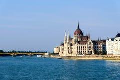 Costruzione ungherese del Parlamento con la vista del Danubio, Budapest, Ungheria Fotografia Stock Libera da Diritti