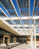 Costruzione utilizzando le celle a energia solare fotografia stock libera da diritti