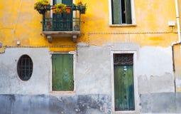 Costruzione variopinta con la porta verde e finestre a Venezia Fotografia Stock Libera da Diritti