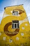 Costruzione variopinta con un reticolo moderno della facciata Immagini Stock