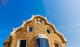 Costruzione variopinta del mosaico nel parco Guell Anche la luce calda di Sun, Barcellona, Spagna Immagini Stock
