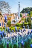 Costruzione variopinta del mosaico nel parco Guell Fiore viola della lavanda in priorità alta Anche la luce calda di Sun, Barcell Immagini Stock Libere da Diritti