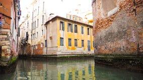 Costruzione variopinta lungo il canale stretto a Venezia Immagine Stock Libera da Diritti