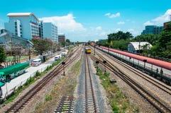 Costruzione vicina della ferrovia dell'occhio dell'uccello con il cielo blu immagine stock libera da diritti