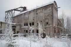 Costruzioni abbandonate allo stabilimento per la produzione di cellulosa nel villaggio Charlo La Carelia Fotografia Stock