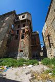 Costruzioni abbandonate di funzionamento giù a Pireo, Grecia Immagini Stock