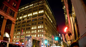 Costruzioni alla notte Fotografie Stock Libere da Diritti