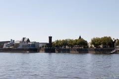 Costruzioni alla sponda del fiume Colonia Germania immagine stock