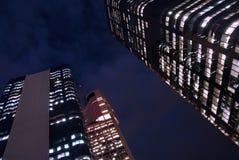 Costruzioni alte del grattacielo alla notte, vista di angolo basso Fotografia Stock Libera da Diritti