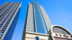 Costruzioni alte del grattacielo in città su Sunny Day Fotografia Stock