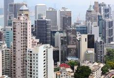 Costruzioni ammucchiate di Hong Kong in città Immagini Stock