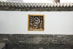 Costruzioni antiche cinesi asiatiche, pareti bianche, mattonelle e finestra di legno Fotografia Stock Libera da Diritti