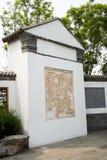 Costruzioni antiche cinesi asiatiche, pareti bianche, mattonelle e finestra di legno Immagine Stock
