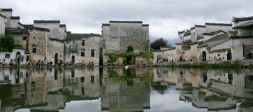 Costruzioni antiche con la riflessione nello stagno immagini stock