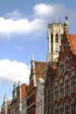 Costruzioni antiche ed il campanile della cattedrale fotografie stock libere da diritti