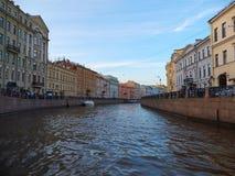 Costruzioni antiche lungo il fiume in San Pietroburgo, Russia di Moyka Immagini Stock Libere da Diritti