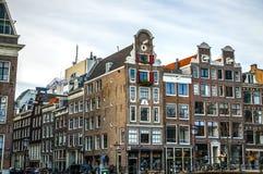 Costruzioni & canali d'annata famosi di città di Amsterdam all'insieme del sole Vista generale del paesaggio Fotografia Stock