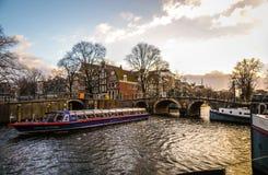 Costruzioni & canali d'annata famosi di città di Amsterdam all'insieme del sole Vista generale del paesaggio Fotografia Stock Libera da Diritti