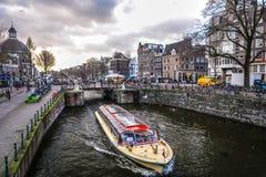 Costruzioni & canali d'annata famosi di città di Amsterdam all'insieme del sole Vista generale del paesaggio Immagine Stock