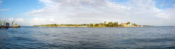 Costruzioni caraibiche variopinte sopra l'acqua con le barche al bacino Fotografia Stock