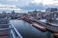 Costruzioni & chanels d'annata famosi della città di Amsterdam all'insieme del sole Vista generale del paesaggio Immagini Stock Libere da Diritti