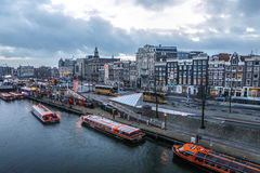 Costruzioni & chanels d'annata famosi della città di Amsterdam all'insieme del sole Vista generale del paesaggio Fotografia Stock Libera da Diritti