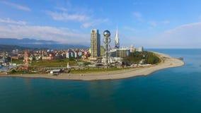 Costruzioni che stanno sul litorale di Batumi Georgia, vista aerea dal mare, località di soggiorno archivi video