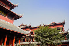 Costruzioni cinesi arcaiche in cielo blu Immagine Stock