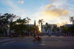 Costruzioni coloniali variopinte con la motocicletta, Avana, Cuba fotografie stock libere da diritti