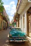 Costruzioni coloniali variopinte con la vecchia automobile d'annata, Avana, Cuba immagine stock