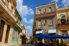 Costruzioni coloniali variopinte con la vecchia automobile d'annata, Avana, Cuba fotografia stock libera da diritti