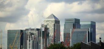 Costruzioni color giallo canarino del molo a Londra Fotografie Stock