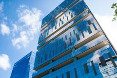 Costruzioni corporative con le pareti di vetro fotografia stock libera da diritti