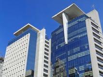 Costruzioni corporative con le piazzole di eliporto sulla cima Fotografie Stock Libere da Diritti