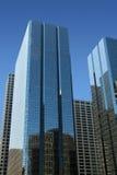 Costruzioni corporative moderne con la riflessione immagine stock libera da diritti