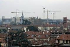 Costruzioni in costruzioni con la gru di costruzione ed il tetto Immagine Stock Libera da Diritti