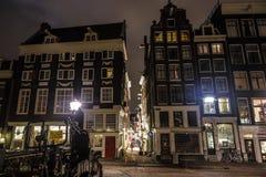 Costruzioni d'annata famose della città di Amsterdam alla notte Vista generale del paesaggio ad architettura dell'olandese di tra Immagine Stock Libera da Diritti