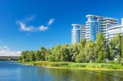 Costruzioni dalla riva del fiume Fotografia Stock Libera da Diritti