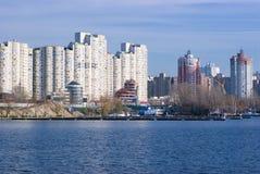 Costruzioni dalla riva del fiume Immagini Stock Libere da Diritti
