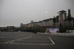 Costruzioni davanti alla morfologia carsica di Wulong, Chongqing, Cina Immagine Stock Libera da Diritti