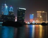 Costruzioni del casinò di Macao alla notte immagini stock
