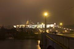Costruzioni del castello di Praga e st Vitus Cathedral alla notte nell'inverno Immagine Stock Libera da Diritti
