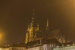 Costruzioni del castello di Praga e st Vitus Cathedral alla notte nell'inverno Fotografie Stock Libere da Diritti