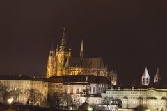 Costruzioni del castello di Praga e st Vitus Cathedral alla notte nell'inverno Fotografia Stock Libera da Diritti
